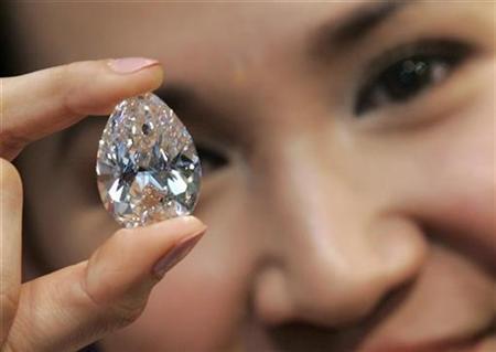 Hong Kong thief swaps $220,000 diamond for fake