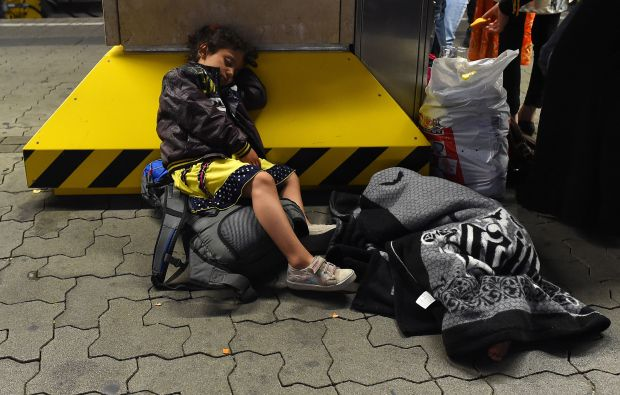 Migrants dash for last train to Germany from bottleneck Budapest