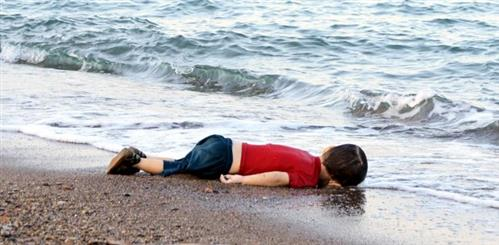 Photograph of Syrian child's body on beach shocks Europe