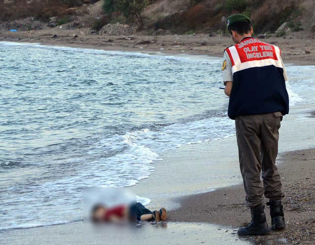 Photograph of Syrian child's body on beach shocks Europe