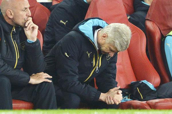 Defiant Wenger 'under attack'