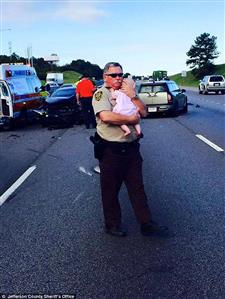 This heart-warming photo of a cop cradling a baby after a car crash has gone viral!