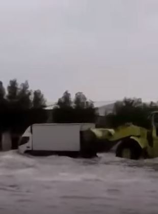 Video: A payloader rescues a delivery truck  in Saudi Arabia