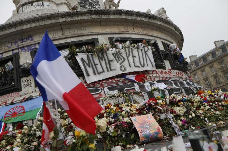 Protests as France's Hollande calls on UK to join Syria campaign