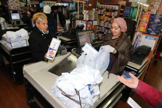 New York slaps charges on plastic bags