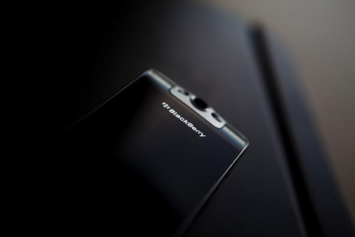 BlackBerry avoids smartphone risk with outsource move