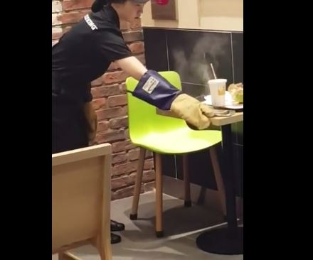 Video: Burger King employee struggles with burning Samsung Galaxy Note 7