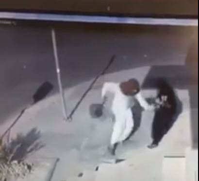 Video: Thief attacks woman and snatches her bag in broad daylight