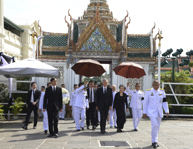 Huge crowd of mourning Thais sings royal anthem in honour of late king