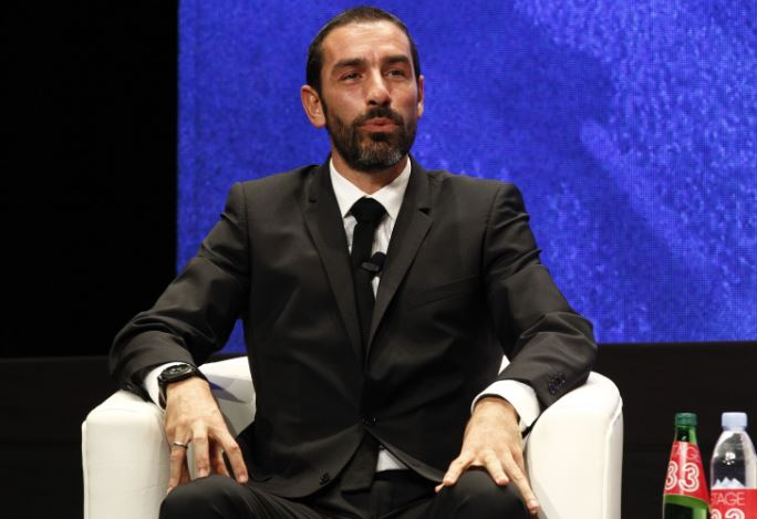 Robert Pires interacts with his fans in Bahrain