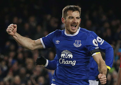 Baines stars as Everton hold United