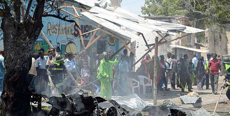 Blast kill 3 in Somali restaurant frequented by soldiers