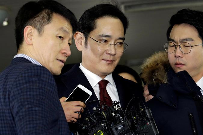 S.Korea prosecutor delays decision on whether to seek arrest of Samsung's Lee