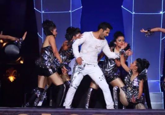 Varun Dhawan's jacket catches fire during awards show