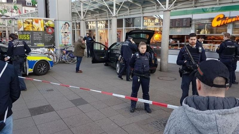 Germany: Man hits 3 with car and flees, is shot by police