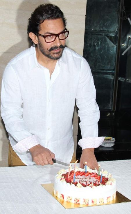 Photos: This is what Aamir Khan did on his 52nd birthday