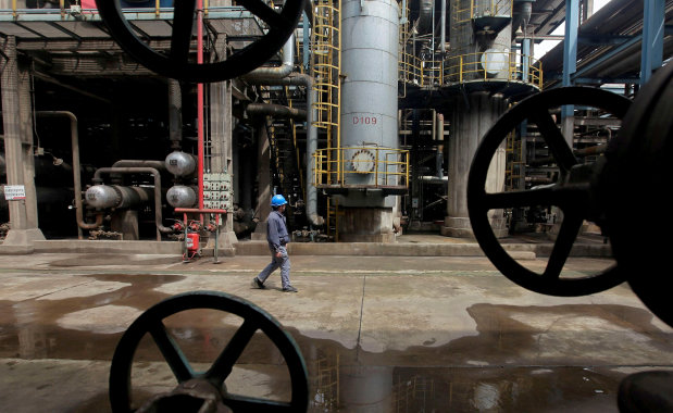 Oil rises on potential extension of output cuts