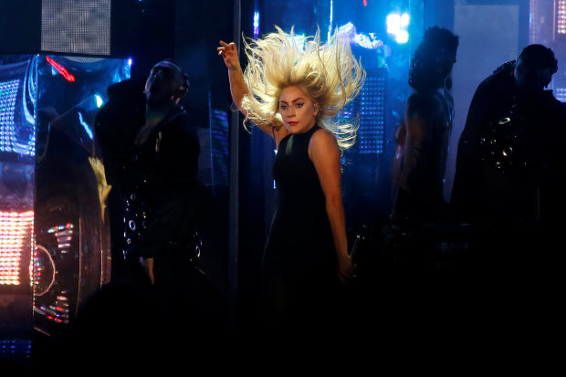 Lady Gaga, sensual and acrobatic, debuts song at Coachella
