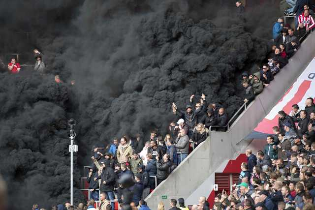 Eredivisie: Giant smoke bombs interrupt de Topper derby