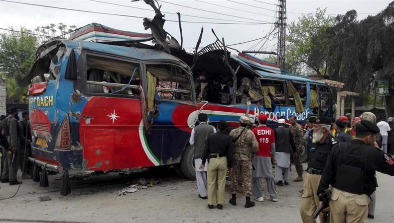 Pakistan: At least 10 in minibus killed by roadside bomb