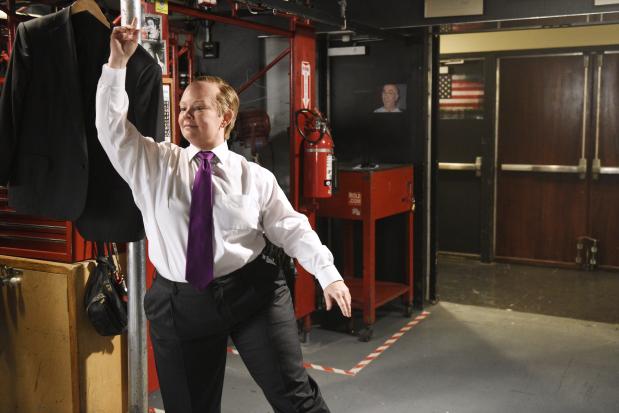 Melissa McCarthy mocks Sean Spicer with motorized podium