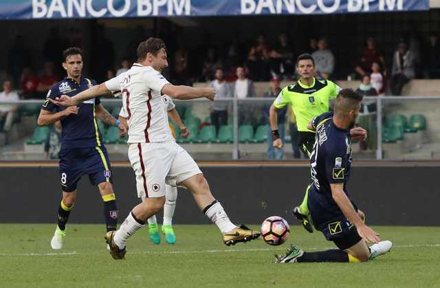 Totti plays in Roma's victory, moves one point behind Juve, Napoli win Fiorentina