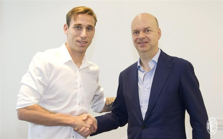 AC Milan sign midfielder Biglia on three-year deal