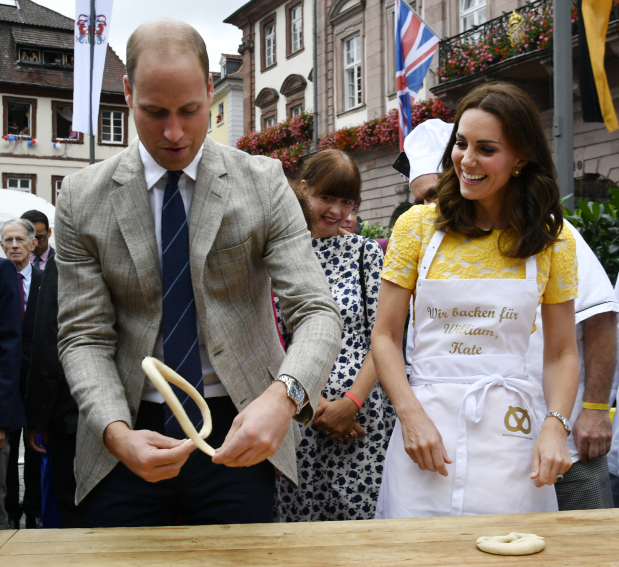 PHOTOS: UK royals make pretzels, visit German cancer research center