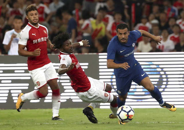 Pedro bloodied as Chelsea beat Arsenal 3-0
