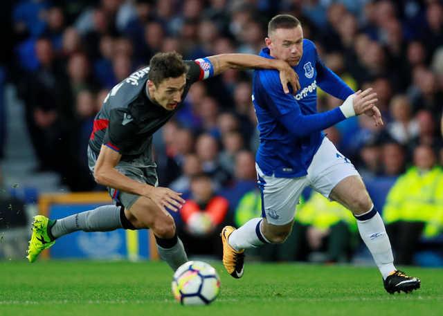 Everton shrug off crowd trouble in Europa League win