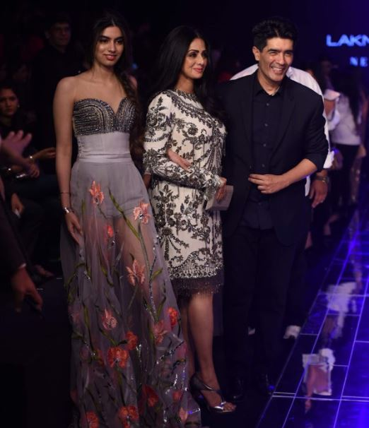 Celebs: PHOTOS: Stars add Bollywood sparkle to Manish Malhotra's show at Lakme Fashion Week