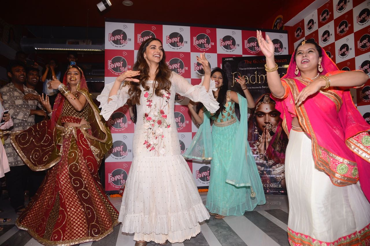 Bollywood: IN PICTURES: Deepika enchants with her dance moves from 'Padmavati'
