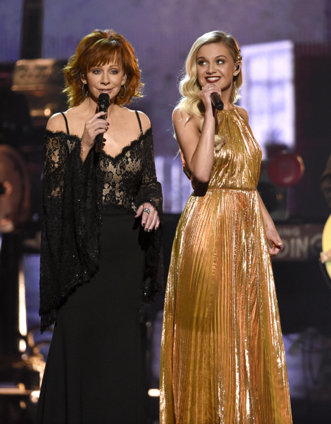 Hollywood: PHOTOS: CMA Awards highlighted by political, emotional moments