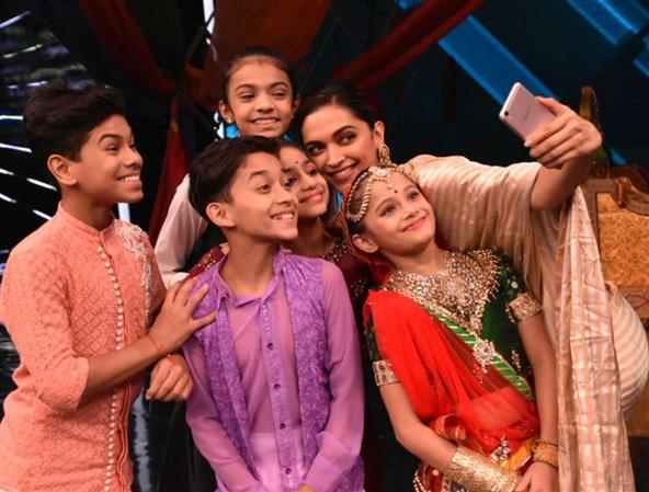 Bollywood: PHOTOS: Deepika Padukone looks radiant while promoting 'Padmavati' on kids' dance show