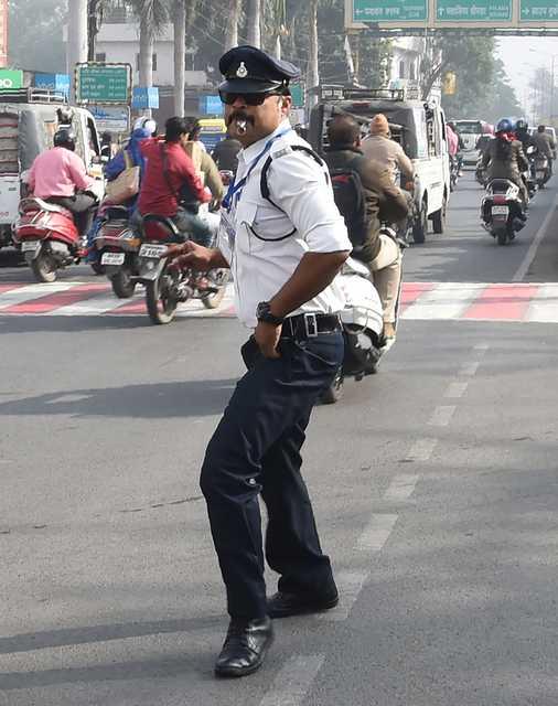 VIDEO: India's 'moonwalking' traffic cop turns heads