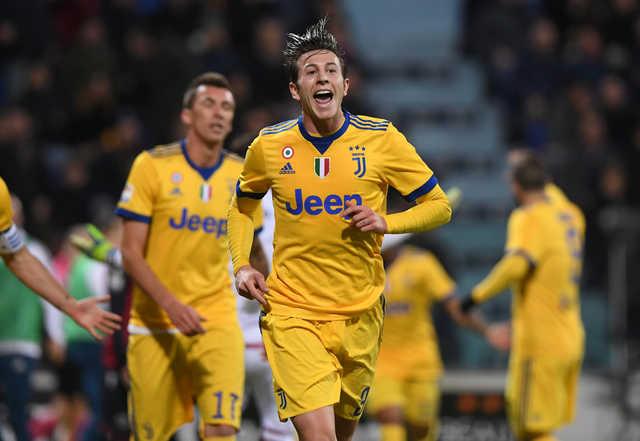 Bernardeschi keeps Juventus on Napoli's heels
