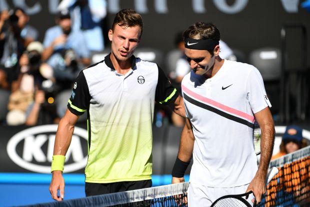 Australian Open: Federer makes light of day shift to ease into last eight