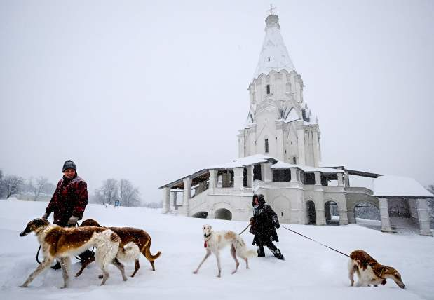 World News: PICTURES: One dead as record snowfall hits Moscow