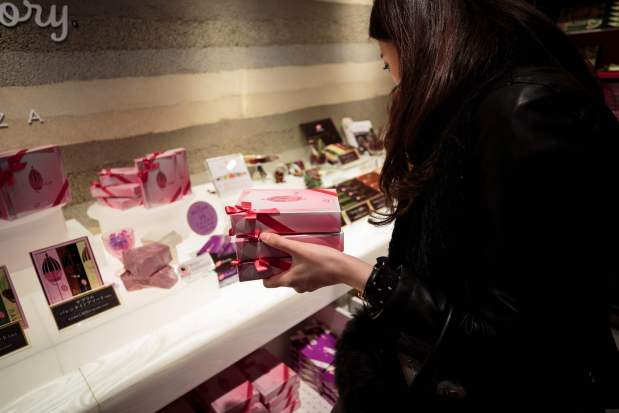 World News: Tickled pink: Japan lovers taste new chocolate on Valentine's Day