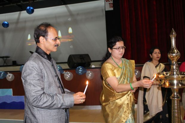 <p>Mr Sharma and Ms Pillai light the traditional lamp at the start of the ceremony</p>