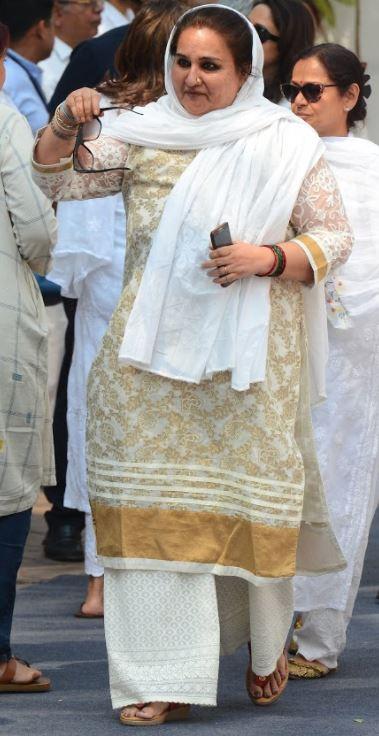 Bollywood: Sridevi cremated in Mumbai, fans and fellow actors gather at crematorium