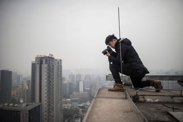 OMG: PHOTOS: Chinese photographer undeterred by rooftopper's death