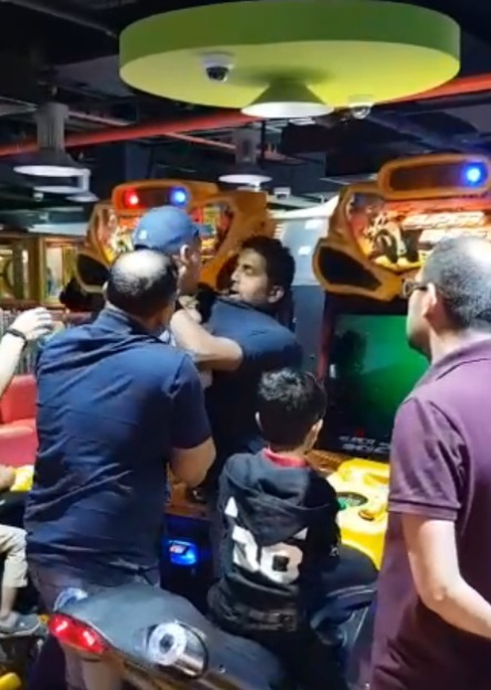 Fathers scuffle over children's ride in mall