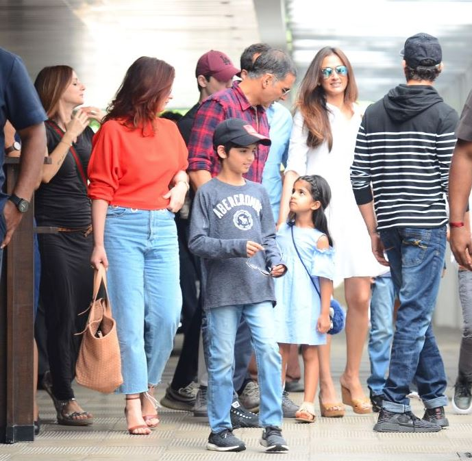 Bollywood: Photos: Akshay Kumar and Twinkle hang out with Hrithik Roshan and Sussane