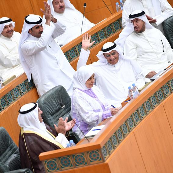 Oil minister survives no-confidence vote