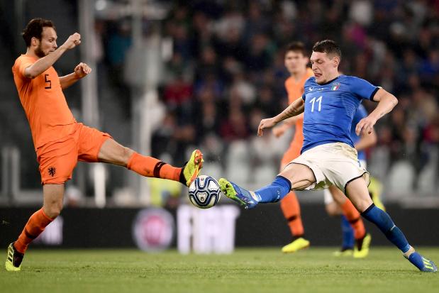 Dutch strike late to salvage draw