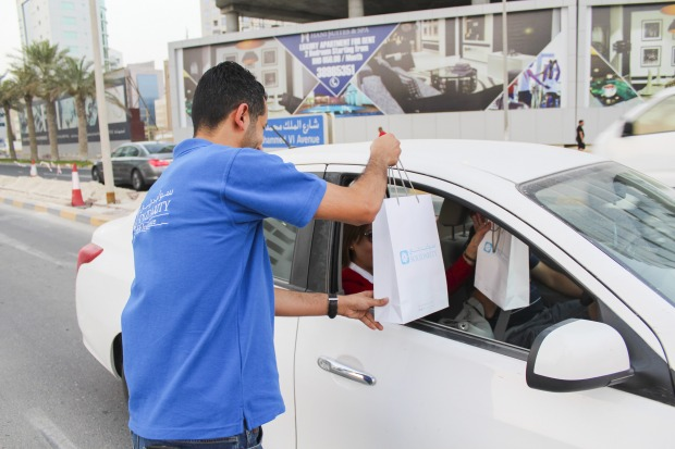 <p><em>A Solidarity employee distributing food packets.</em></p> <p>Solidarity Bahrain employees distributed Ramadan Iftar boxes at Seef District as part of its social responsibility programme.</p> <div>The campaign was aimed to help those who work outdoors to break their fast and promote safer driving.</div> <p><em><br /></em></p>