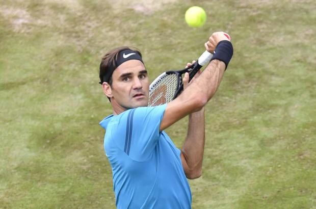 Federer reaches Stuttgart semis