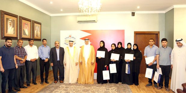 <p><em>Shaikh Hisham, seventh from left, with the students and officials</em></p>