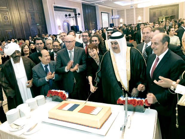 <p><em>Shaikh Khalid and the French ambassador cuts a cake.</em></p>